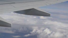 Skrzydła samolot i chmury przechodzi obok zdjęcie wideo