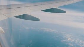 Skrzydło samolot lata nad chmurami zdjęcie wideo