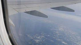 Skrzydło samolot lata nad pięknymi chmurami zdaniem okno zbiory