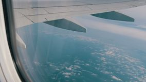 Skrzydło samolot lata nad pięknymi chmurami zdaniem okno zbiory wideo