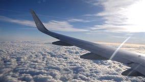 Skrzydło samolot lub strumień na pięknym niebieskiego nieba tle zdjęcie wideo