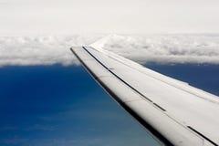 Skrzydło samolot na nieba tle podczas zmierzchu Obrazy Stock