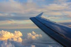 Skrzydło samolot na nieba tle podczas zmierzchu Zdjęcia Stock