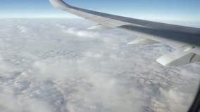 Skrzyd?o samolotowy latanie nad pi?kny biel chmurnieje zbiory wideo