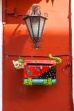 Skrzynka pocztowa metal robić w kształcie kot, na czerwieni ścianie obrazy royalty free