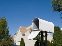 Skrzynka pocztowa z niebieskim niebem Zdjęcia Royalty Free