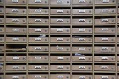 Skrzynki pocztowa w mieszkaniu własnościowym drewniany skrzynka pocztowa wzór z lockable centrum w mieszkaniu własnościowym fotografia stock