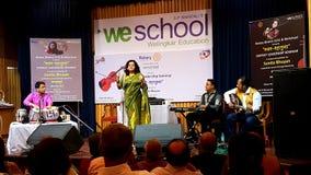 Skrzypaczka Sunita Bhuyan i wokalista zdjęcia royalty free