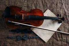 Skrzypce, fiddlestick, notatki i bowties zbliżenie, Obrazy Royalty Free