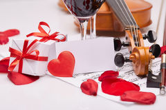 Skrzypce, notatki i czerwone wino, Obrazy Royalty Free