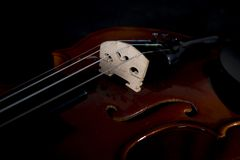 Skrzypcowi orkiestra instrumenty muzyczni zamknięci up na czerni Muzyczny tło z skrzypce Zdjęcie Stock