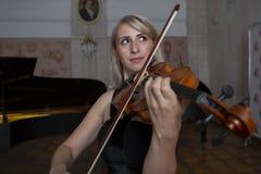 Skrzypcowy gracz skrzypaczki muzyki klasycznej bawić się Orkiestra instrumenty muzyczni fotografia stock