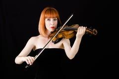 Skrzypcowy gracza mienia skrzypce, kobieta z czerwonym włosy Zdjęcie Stock