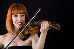 Skrzypcowy gracza mienia skrzypce, kobieta z czerwonym włosy Fotografia Stock