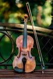 Skrzypcowy muzyczny instrument orkiestra Skrzypce w parku na ławce obraz royalty free
