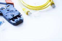 SKS и концепция инженерства Комплект соединителей, локальных сетей и кабелей консоли, инструмента crimp на белой предпосылке Стоковая Фотография RF