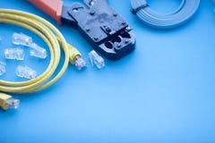 SKS и концепция инженерства Комплект соединителей, локальных сетей и кабелей консоли, инструмента crimp на белой предпосылке Стоковое фото RF