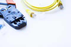 SKS et concept d'ingénierie Ensemble de connecteurs, d'Ethernet et de câbles de console, outil de cuir embouti sur le fond blanc Photographie stock libre de droits