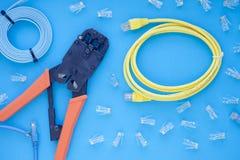 SKS i inżynierii pojęcie Set włączniki, ethernety i konsola kable, crimp narzędzie na białym tle Zdjęcie Stock