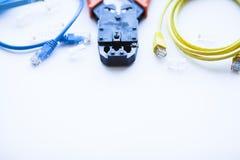 SKS i inżynierii pojęcie Set włączniki, ethernety i konsola kable, crimp narzędzie na białym tle Fotografia Stock