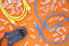 SKS i inżynierii pojęcie Set włączniki, ethernety i konsola kable, crimp narzędzie na białym tle Obrazy Stock