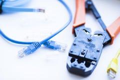 SKS i inżynierii pojęcie Set włączniki, ethernety i konsola kable, crimp narzędzie na białym tle Fotografia Royalty Free