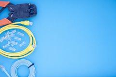 SKS i inżynierii pojęcie Set włączniki, ethernety i konsola kable, crimp narzędzie na białym tle Zdjęcia Royalty Free