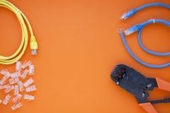 SKS y concepto de la ingeniería Sistema de conectores, de Ethernet y de los cables de la consola, herramienta de la encrespadura  fotos de archivo libres de regalías