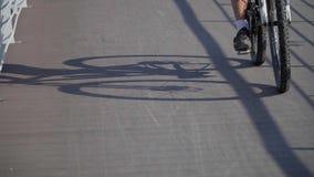 Skugga av cykeln på vägen stock video