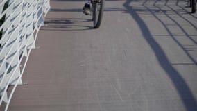 Skugga av cykeln på vägen lager videofilmer