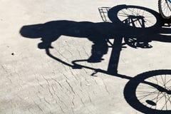 Skugga av cyklisten på vägen Fotografering för Bildbyråer