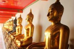 Skugga av de meditationbuddha statyerna i watphoen för buddistisk tempel, bangkok, Arkivfoto
