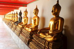 Skugga av de meditationbuddha statyerna i watphoen för buddistisk tempel, bangkok, Fotografering för Bildbyråer