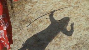 Skugga av den kvinnliga bågskytten på jordningen stock video