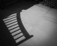 Skugga av den trädgårds- porten arkivbilder