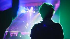 Skugga av den vuxna kvinnan på konserten i klubban som är suddig royaltyfri fotografi