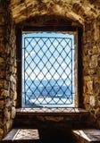Skugga av det sten sned fönstergallret på väggen som tänder beautifully, Polen royaltyfri fotografi