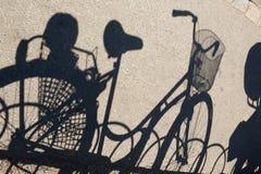 Skugga av en cykel på asfalten royaltyfria bilder