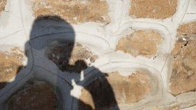 Skugga av en fotograf som projekteras på en vägg royaltyfri bild
