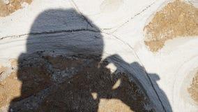 Skugga av en fotograf som projekteras på en vägg fotografering för bildbyråer