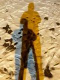 Skugga av en man i snön arkivbild
