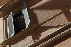 Skugga av en slutare mot en byggnadsfasad Royaltyfri Fotografi