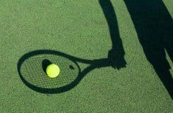 Skugga av en tennisspelare Arkivbild