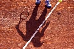 Skugga av en tennisspelare på en leratennisbana Royaltyfri Foto