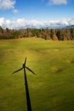 Skugga av en vindturbin arkivbild
