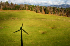 Skugga av en vindturbin royaltyfri bild