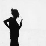 Skugga av flickan omkring på väggbakgrund royaltyfria bilder