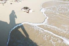 Skugga av fotografen på stranden Royaltyfri Bild