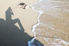 Skugga av fotografen på stranden Arkivfoton