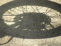 Skugga av hjulet av mopeden arkivfoto